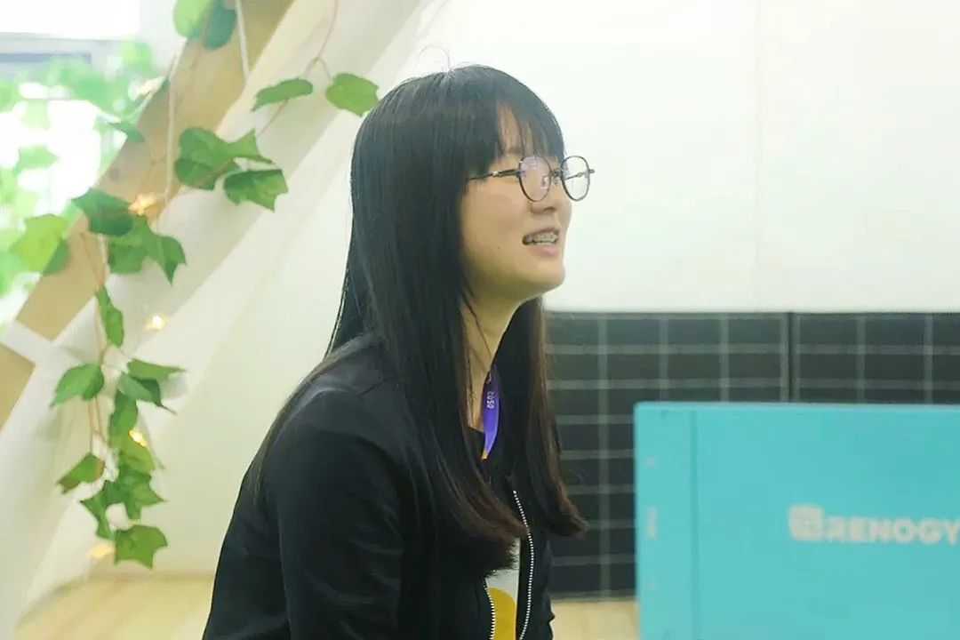 初三的小刘和创业的老李,席地而谈。
